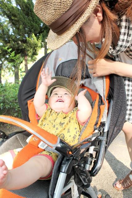赤ちゃんの散歩の紫外線対策は?抱っこ紐とベビーカーでのUVケアの注意点