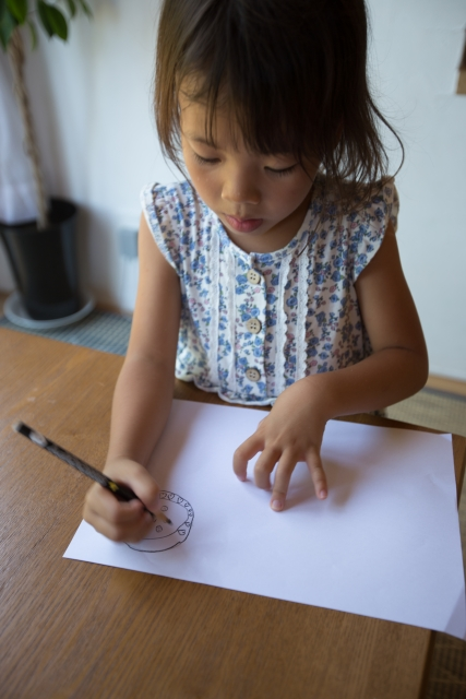 自由研究 低学年のテーマは工作と研究です。小学生の夏休みの宿題を親が手伝うことについて